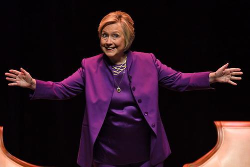 هیلاری کلینتون نامزد شکست خورده انتخابات ریاست جمهوری اخیر آمریکا در جلسه بحث و بررسی کتاب اخیرش درباره این شکست انتخاباتی در شهر