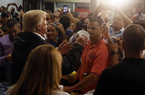 ترامپ در حال توزیع دستمال توالت میان توفان زدگان پورتوریکو در جریان بازدیدش از این مجمع الجزایر توفان زده کاراییب. پورتوریکو از نواحی غیر ضمیمه اما تحت حاکمیت سیاسی ایالات متحده آمریکاست.