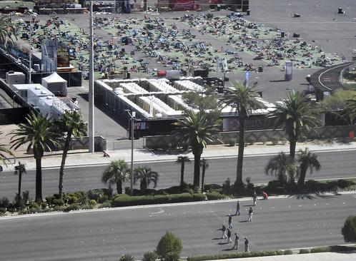 ماموران پلیس فدرال آمریکا در حال انجام تحقیقات از محل فاجعه کشتار یکشنبه شب در شهر لاس وگاس
