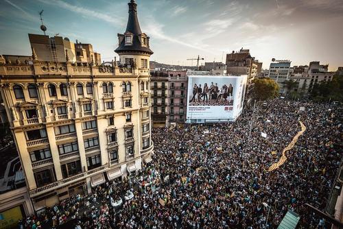 تظاهرات سراسری و اعتصاب عمومی در شهر بارسلونا اسپانیا در اعتراض به دولت مرکزی مادرید و سرکوب پلیس علیه استقلال طلبان کاتالان در روز همه پرسی یکشنبه