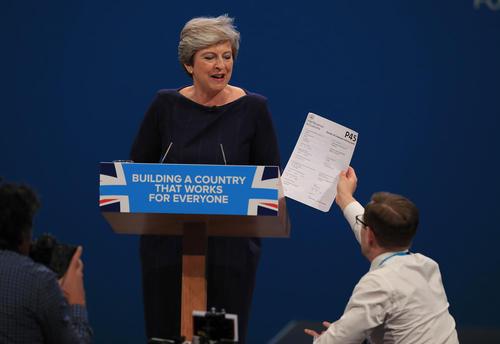 اعتراض به نخست وزیر بریتانیا به هنگام ایراد سخنرانی او در گردهمایی سالانه حزب محافظه کار بریتانیا در منچستر
