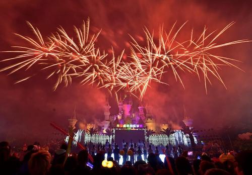 آتش بازی و نورافشانی در جشنواره ای پاییزی در شهر شنیانگ چین