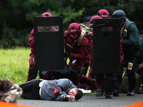 رزمایش ضد تروریستی نیروهای پلیس در شهر ادینبورگ اسکاتلند