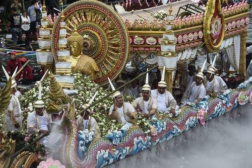 مجسمه تمام طلا از بودا در جشنواره آیینی