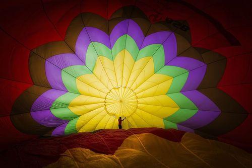 آماده کردن یک بالن برای پرواز در شهر هوشی مینه ویتنام
