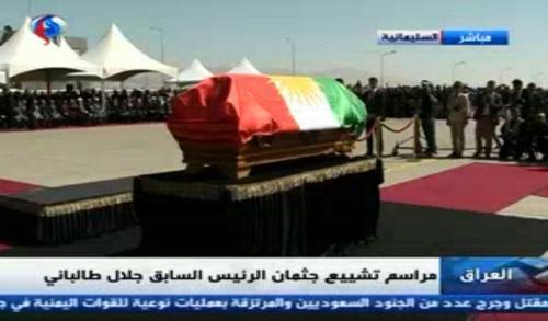 تابوت پیکر جلال طالبانی رییس جمهور سابق عراق در فرودگاه سلیمانیه/ پرچم کردستان عراق روی تابوت کشیده  شده است