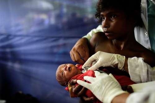 معاینه یک نوزاد 10 روزه در یک مرکز پزشکی در اردوگاه پناهجویان مسلمان میانماری در بنگلادش