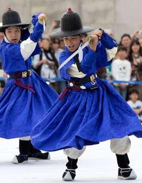 دانش آموزان کره جنوبی در حال تمرین هنرهای رزمی در جریان یک جشنواره – سئول