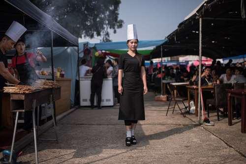 سرآشپز اهل کره شمالی در محل کارش در حاشیه نمایشگاهی در شهر پیونگ یانگ
