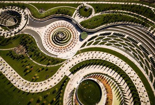تصویر هوایی از یک پارک نوساز در اطراف استادیوم ورزشی در شهر کرسنودار روسیه