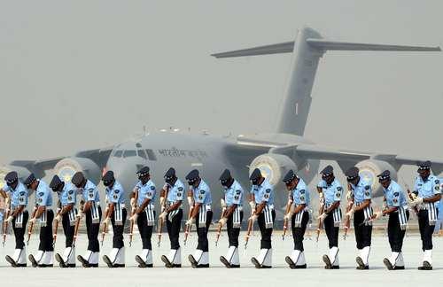تمرین سربازان هندی در فرودگاهی در شهر قاضی آباد برای مراسم رژه هشتادوپنجمین سالگرد تاسیس نیروی هوایی هند
