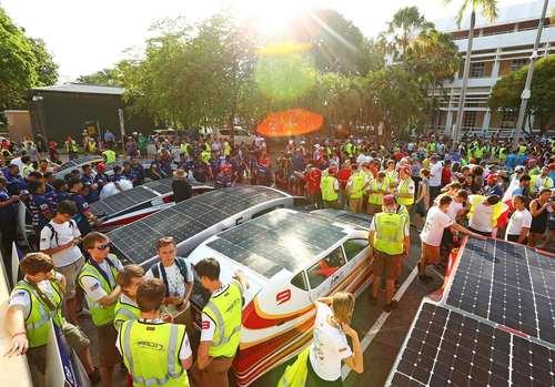خط آغاز مسابقه رالی 3 هزار کیلومتری خودروهای خورشیدی از شهر داروین در شمال استرالیا تا شهر آدلاید در جنوب این کشور