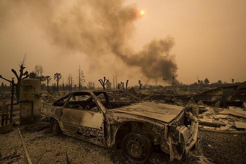آتش سوزی گسترده در منطقه سانتا روزا در ایالت کالیفرنیا آمریکا. این منطقه از قطب های شراب سازی در آمریکا محسوب می شود. تا کنون دستکم 10 نفر در این آتش سوزی کشته شده اند