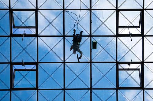 تمیز کردن شیشه های نمای یک ساختمان بلند در درسدن آلمان