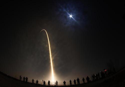 پرتاب راکت ماهواره بر فالکون 9 از پایگاه هوایی واندنبرگ در ایالت کالیفرنیا آمریکا