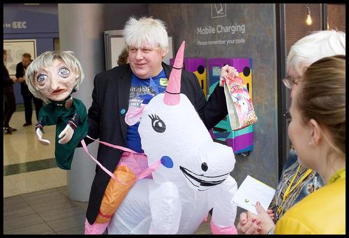 یک مرد انگلیسی شبیه به بوریس جانسون وزیر امور خارجه انگلیس در حاشیه گردهمایی حزب ملی اسکاتلند در گلاسکو