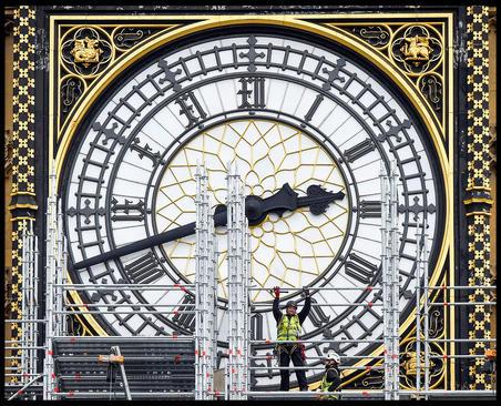 زدن داربست در مقابل ساعت بزرگ