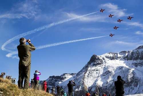 نمایش تیم آکروباتیک هوایی نیروی هوایی سوییس در رشته کوه های آلپ