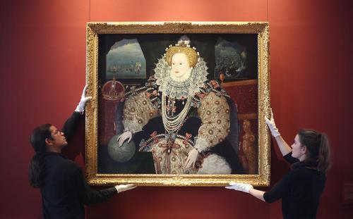 نصب نقاشی پرتره از ملکه الیزابت اول پادشاه اسبق بریتانیا پس از تمیزکاری در موزه سلطنتی بریتانیا- لندن