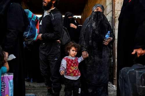 شهروندان گریخته از مرکز شهر رقه  سوریه در دروازه غربی این شهر