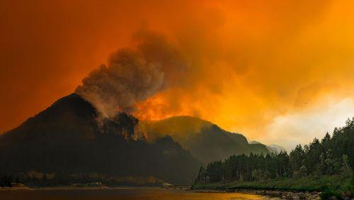 تصویری از آتش سوزی جنگلی در ایالت واشنگتن آمریکا که از دور بسیار شبیه به غبارهای آتشفشانی است