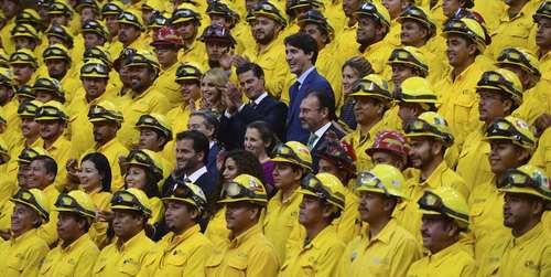 نخست وزیر کانادا و رییس جمهور مکزیک در کنار همسرانشان در حال گرفتن عکس یادگاری با پرسنل آتش نشانی مکزیک که برای اطفا حریق جنگلی کانادا داوطلبانه به آن کشور رفته بودند/ مکزیکوسیتی