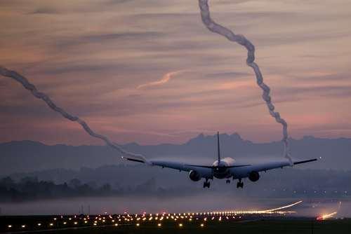 فرود یک بویینگ متعلق به خطوط هوایی سوییس ایر در هوای مه آلود صبحگاهی در فرودگاه زوریخ
