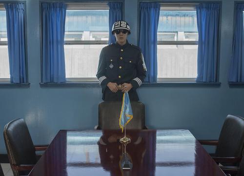 سرباز کره جنوبی در اتاق کنفرانس مشترک دو کره در منطقه صفر مرزی
