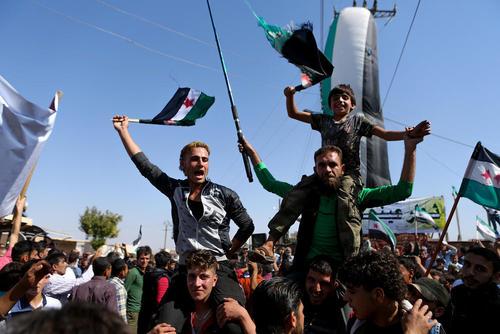تظاهرات علیه حملات هوایی روسیه در مناطق حومه ای در غرب شهر حلب سوریه