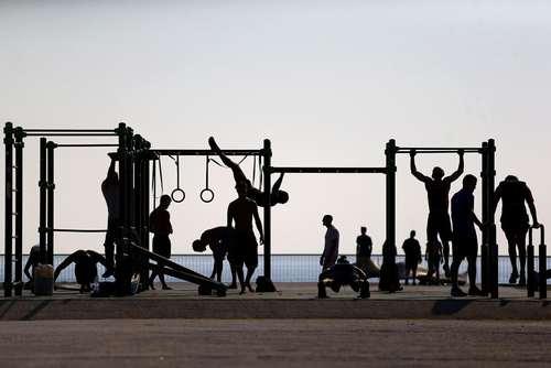 ورزش همگانی در کنار خط ساحلی در شهر بارسلونا اسپانیا