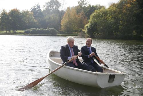 قایق سواری بوریس جانسون وزیر امور خارجه بریتانیا با معاون وزیر امور خارجه جمهوری چک در حاشیه ناهار کاری وزرای امور خارجه اتحادیه اروپا در کنت بریتانیا