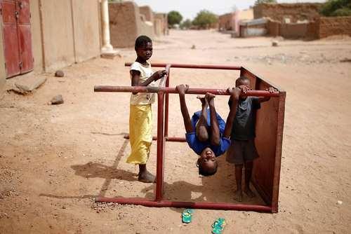 بازی کودکان در شهر گائو در کشور آفریقایی مالی