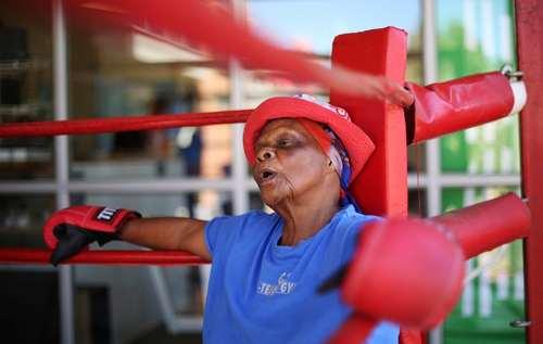 حضور یک زن 79 ساله در کلاس تمرین بوکس در ژوهانسبورگ آفریقای جنوبی