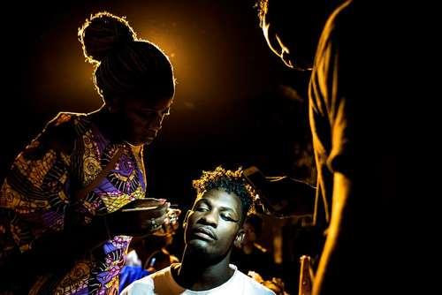 آراستن ظاهر یک مدل در هفته مد در شهر کینشازا در جمهوری دموکراتیک کنگو