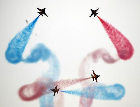 نمایش تیم آکوباتیک نیروی هوایی کره جنوبی در نمایشگاه سالانه هوا- فضا و صنایع نظامی در سئول