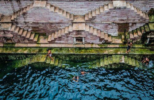 آب تنی در استخری تاریخی در راجستان هند