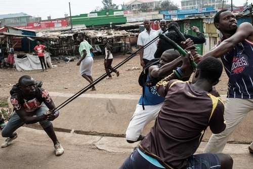 تظاهرات علیه کمیسیون انتخابات کنیا از سوی مخالفان دولت این کشور در شهر کیسومو