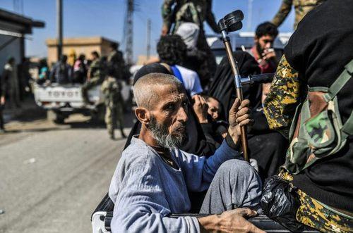 مردم در حال فرار از شهر رقه سوريه / خبرگزاري فرانسه
