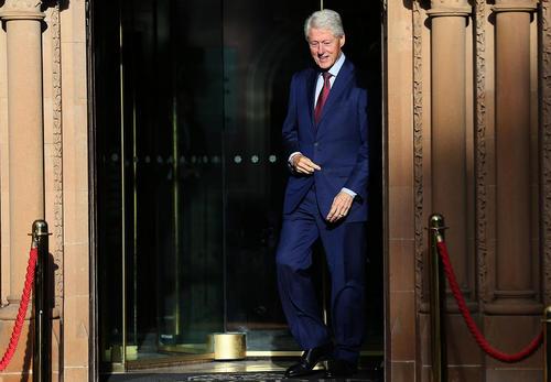 بیل کلینتون رییس جمهور اسبق آمریکا در حال ترک یک هتل در شهر بلفاست ایرلند شمالی پس از دیدار با خانم