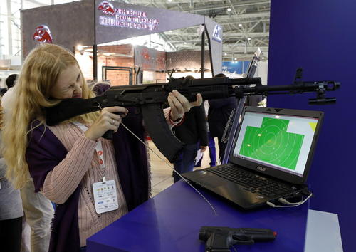 آزمایش کردن یک سلاح در جریان بیست و یکمین نمایشگاه بین المللی