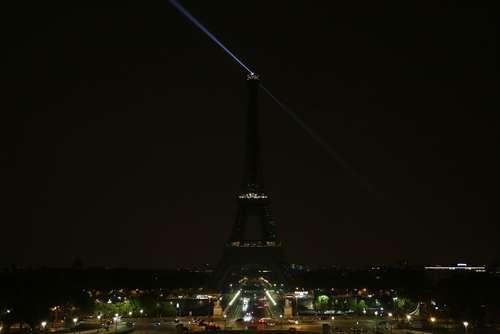 خاموش کردن چراغ های برج ایفل پاریس در همدردی با صدها قربانی حمله تروریستی اخیر در شهر موگادیشو سومالی