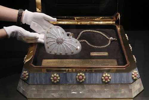 ارایه گران ترین کیف پول الماس دنیا با وزن تقریبی جواهرات بیش از 382 قیراط و دارای بیش از 4517 قطعه الماس برای حراج کریستی – هنگ کنگ