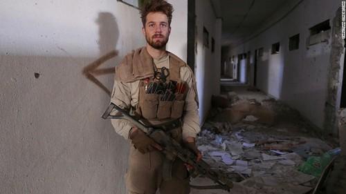سرباز 24 ساله آمریکایی پس از آزادکردن استادیوم رقه از داعش