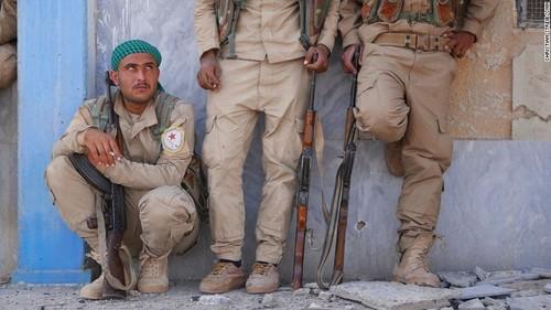 نیروهای کُرد موسوم به نیروهای دموکراتیک سوریه در استادیوم رقه