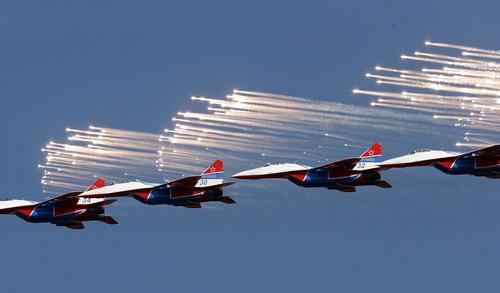 نمایش هوایی تیم آکروباتیک میگ 29 روسیه در جریان هفتادوسومین سالگرد آزاد شدن شهر بلگراد از اشغال آلمان نازی در جنگ دوم جهانی – بلگراد