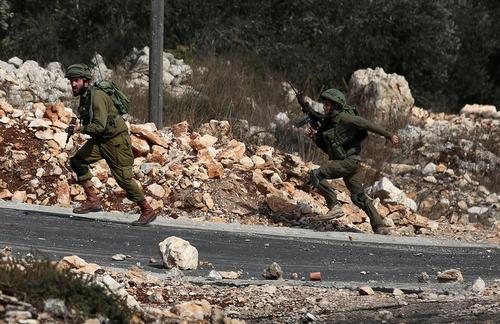 نیروهای اسراییلی در تعقیب جوانان معترض فلسطینی – نابلس