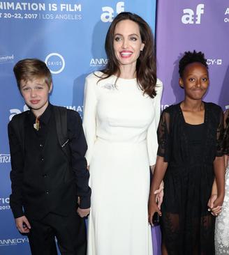 آنجلینا جولی هنرپیشه مشهور هالیوود در کنار دو فرزند و فرزند خوانده اش در مراسم پیش نمایش فیلم