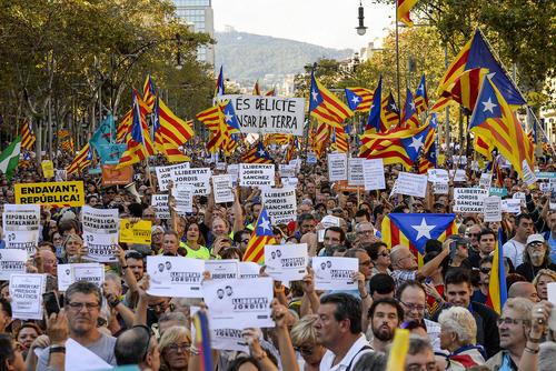 تظاهرات دهها هزار نفری جدایی طلبان در مرکز شهر بارسلونا اسپانیا در اعتراض به اقدام دولت اسپانیا به بازداشت یکی از رهبران جدایی طلب منطقه کاتالونیا