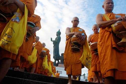راهبان بودایی در حال جمع آوری اعانه از مردم – تایلند