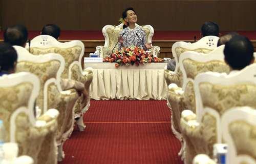 سخنرانی آنگ سان سوچی در مرکز هماهنگی ملی و صلح میانمار در جلسه ای برای دریافت کمک های مردمی به منظور توسعه استان مسلمان نشین راخین میانمار